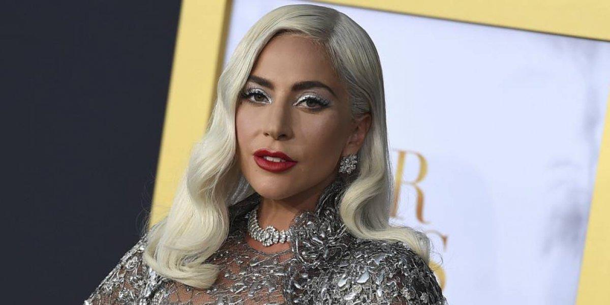 Fotos. Con un cabello y vestido azul, Lady Gaga llega a los Golden Globes