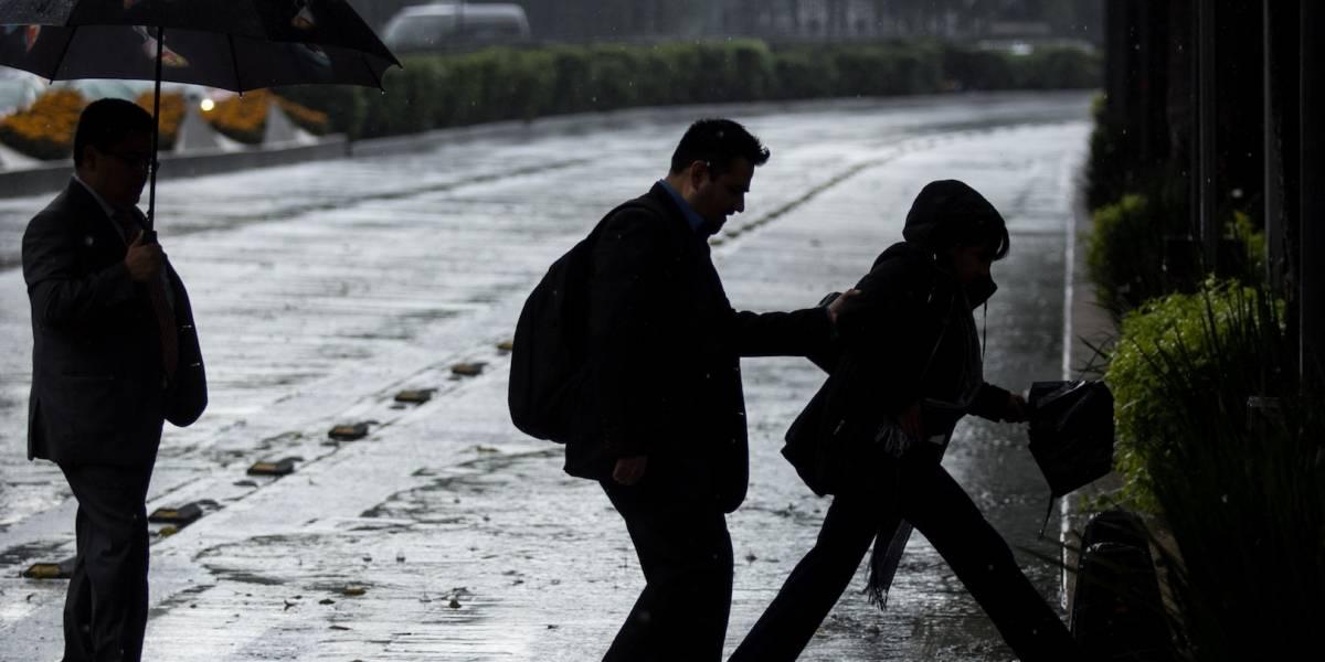 Lluvia matutina provoca caos vial en CDMX