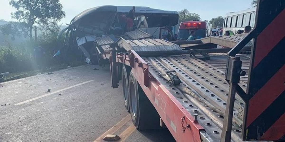 Dois morrem e 16 ficam feridos em colisão entre ônibus e carreta em MG