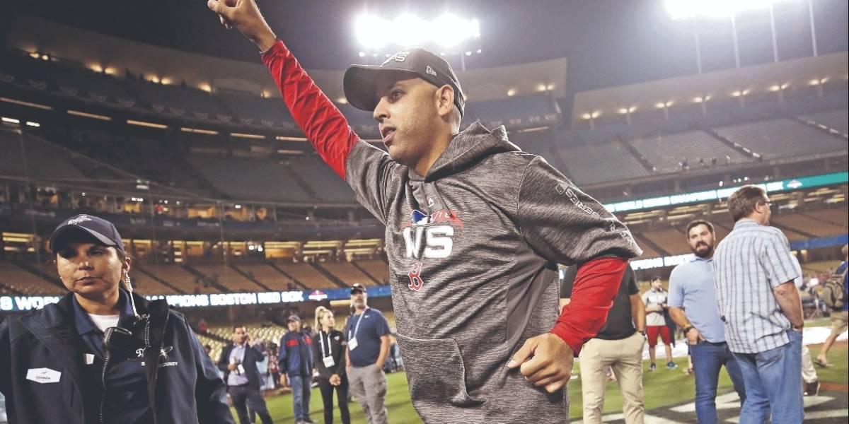 Alex Cora cumple sueño de un joven fanático de los Red Sox