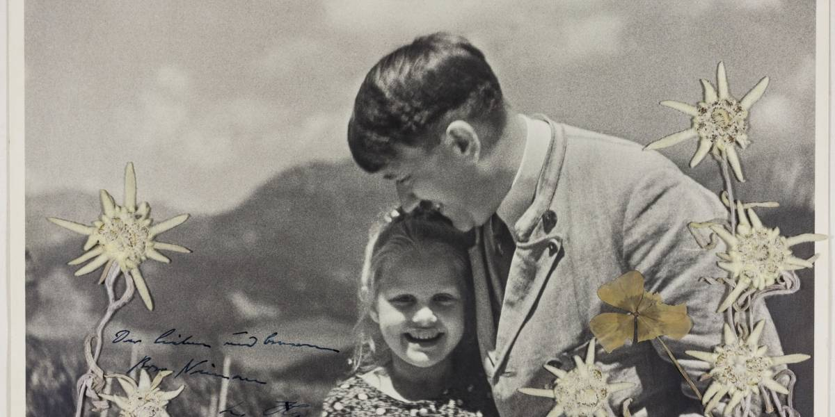 Subastan foto de Adolfo Hitler abrazando niña cuya abuela era judía