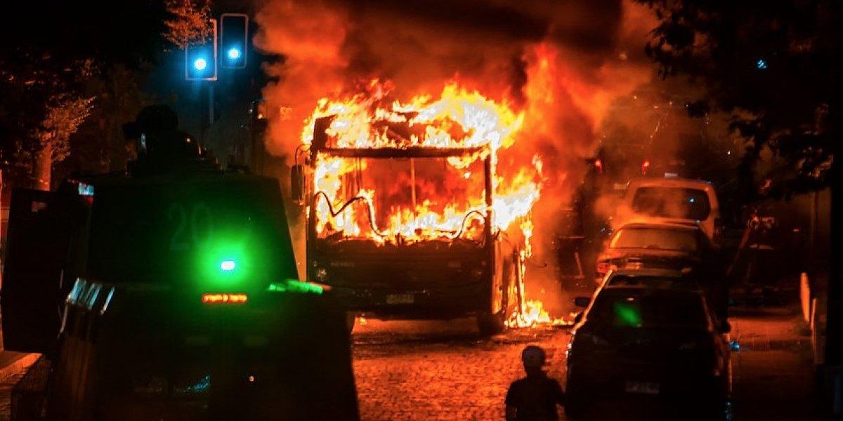 Micro y vehículo de seguridad de la Municipalidad de Santiago fueron quemados por manifestantes