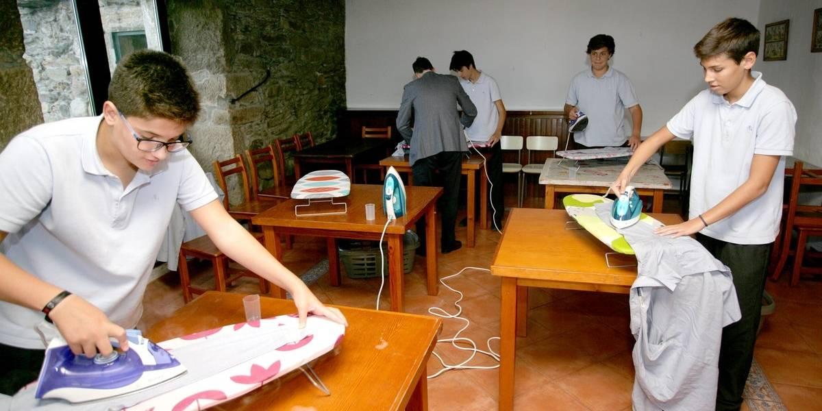 Colegio sorprende al implementar clases de planchado, cocina y costura para sus alumnos