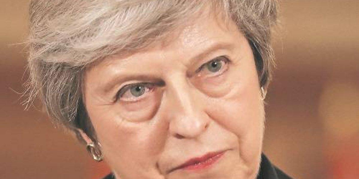 May desafía a críticos y resiste a la rebelión en controversia por Brexit