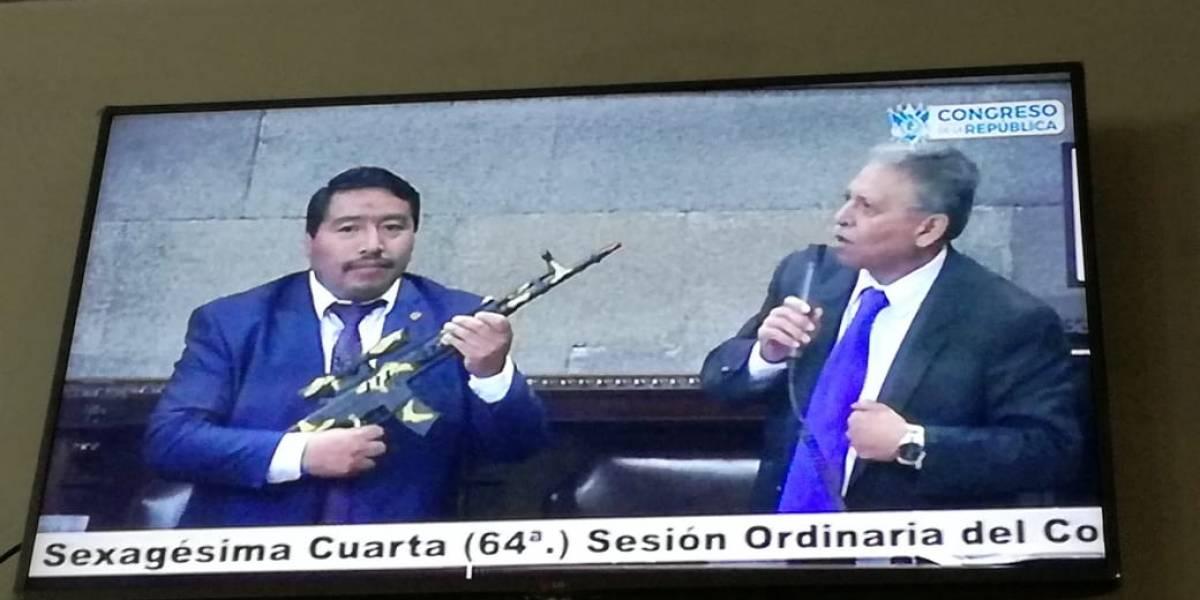 Diputado saca un fusil de juguete en la sesión plenaria