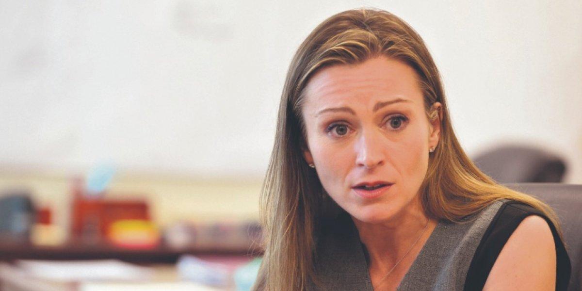 Batería de asesores privados rodea a la secretaria Keleher en Educación