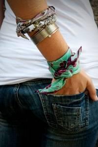 Pulsera: El pañuelo puede ser ese toque especial y colorido en tu muñeca, creando una pulsera que puede ser el contraste perfecto si utilizas, por ejemplo, un top de un solo color, como el blanco. / Foto: Pinterest