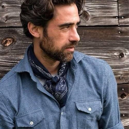 En el cuello: Un detalle atractivo tanto en las mujeres como en los hombres. El pañuelo puede ser el collar que complemente tu outfit, anudándolo hacia el frente o hacia atrás. / Foto: Pinterest