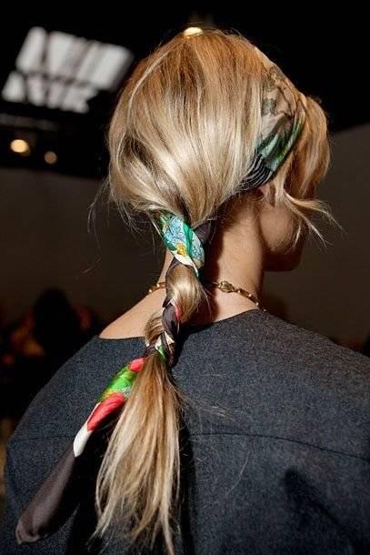 Trenza: Añade un toque especial, anudando el pañuelo mientras formas una trenza en tu cabello. / Foto: Pinterest