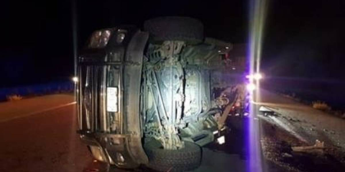 Vuelca camión que trasladaba a migrantes; hay 10 lesionados