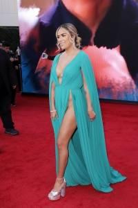 Karol G en la alfombra roja de los Grammy Latino