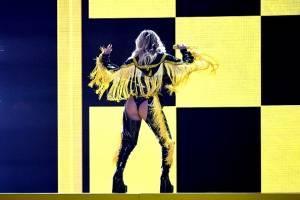 Karol G en su presentación en los Grammy Latino
