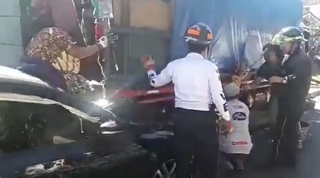 Una mujer quedó prensada entre un automóvil y un camión. Foto: Twitter