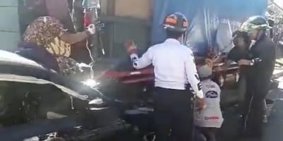 Una mujer quedó prensada entre un automóvil y un camión.
