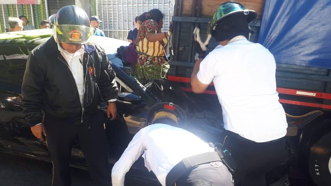 Mujer resultó herida en accidente de tránsito. Foto: Bomberos Voluntarios