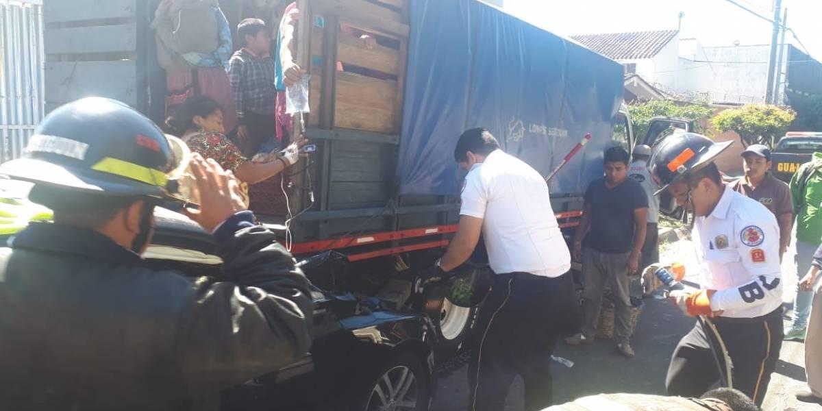 VIDEO. Mujer quedó prensada entre un automóvil y un camión