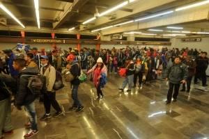 Migrantes abordan el Metro para continuar su paso hacia Querétaro
