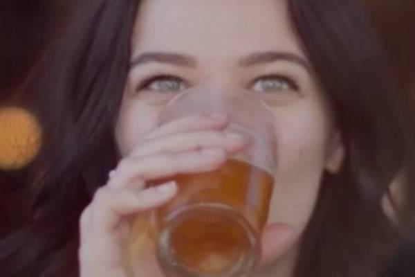Las mujeres que beben cerveza son las más fieles, según la ciencia