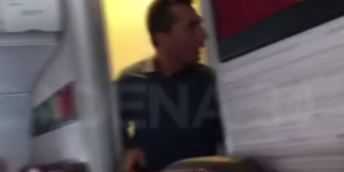 Pasajero con diarrea en pleno vuelo golpea a empleado por obligarlo a salir del baño