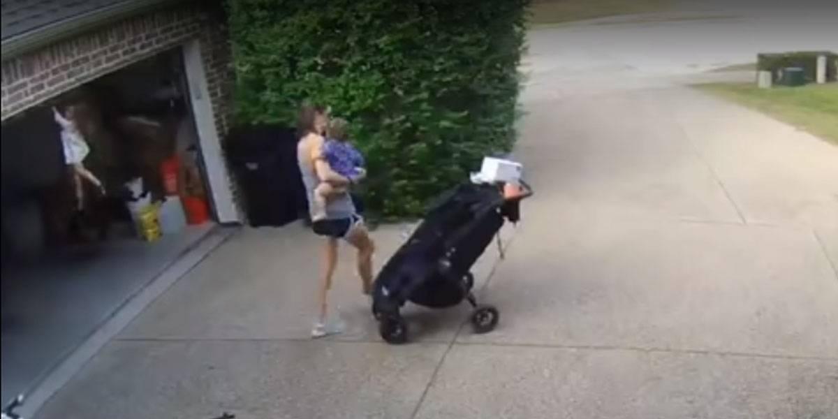 Mãe dá as costas e menina se pendura em portão elétrico; veja vídeo