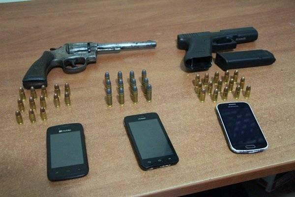 Armas de fuego, municiones y teléfonos celulares incautados a presuntos pandilleros en la zona 1 capitalina. Foto: PNC