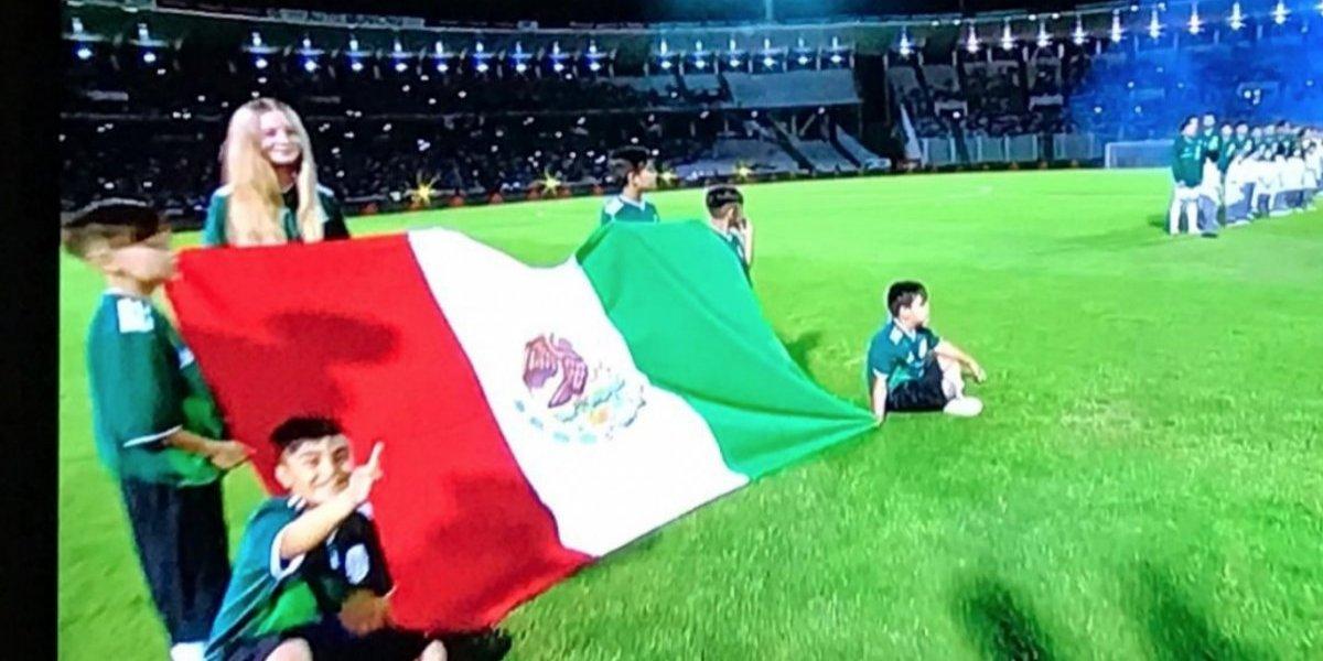 Bandera mexicana aparece al revés en duelo ante Argentina