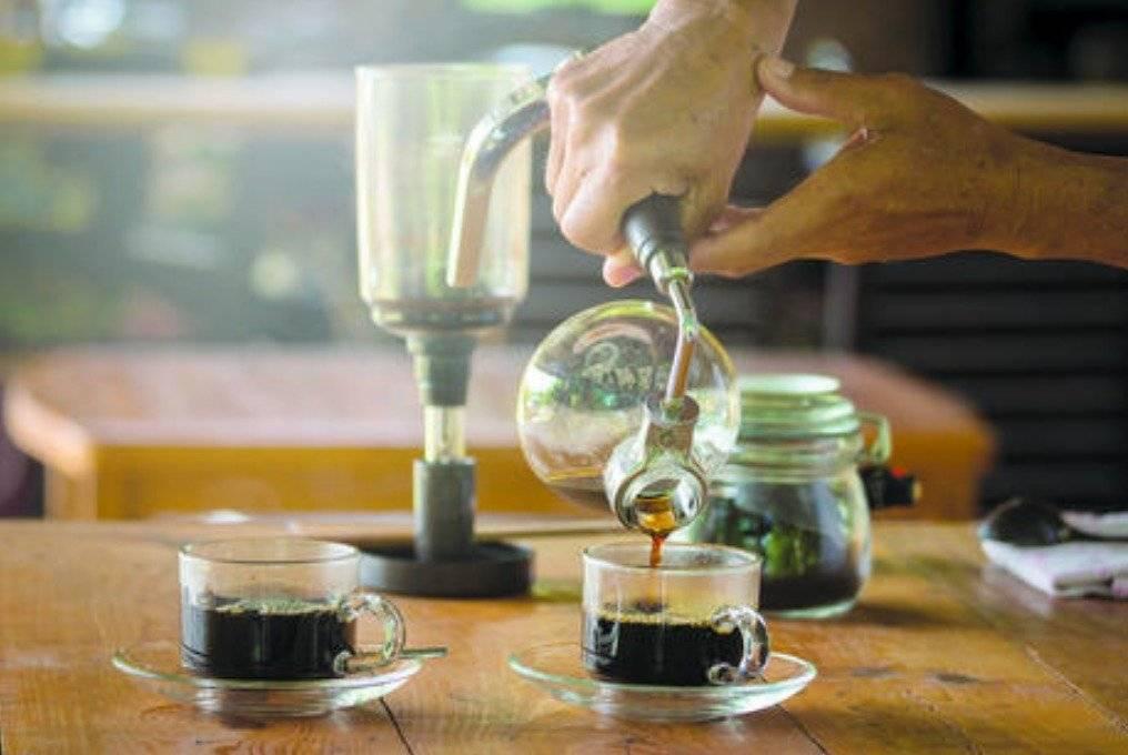 Cafetera de sifón. Dreamstime