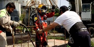 Julio realiza dos veces al mes una inmersión en el drenaje de la CDMX
