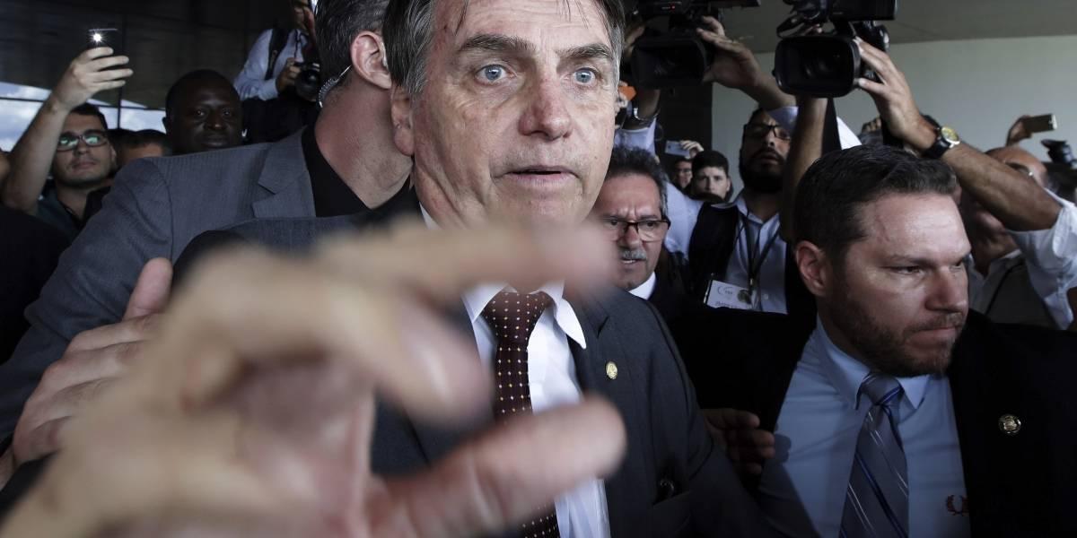 """Bolsonaro no puede admitir a médicos cubanos """"porque son esclavos"""""""