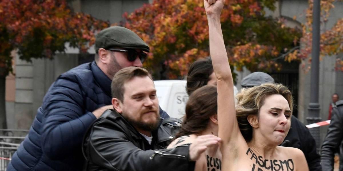 Policías y fascistas golpearon a feministas desnudas que irrumpieron en protesta