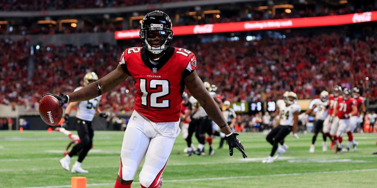 Jugador de Atlanta Falcons rinde homenaje a Stan Lee