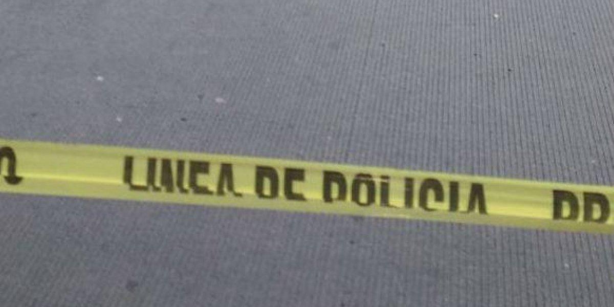 Localizan cadáver de hombre envuelto en una narcomanta en Oaxaca
