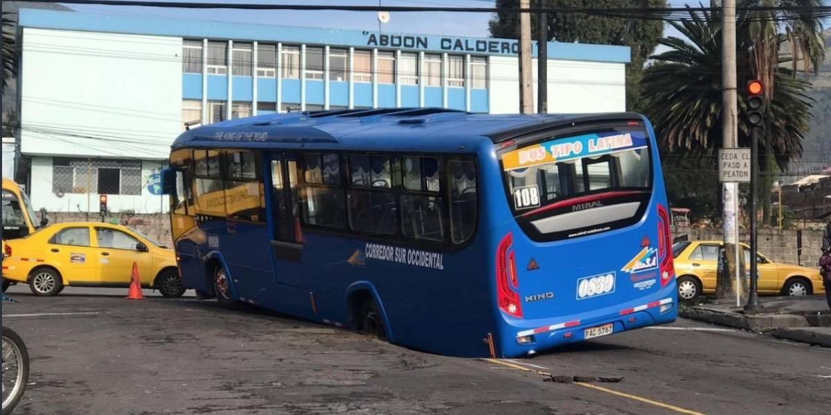 Quito: Bus cayó en un bache en el sector de La Michelena