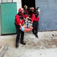 Bomberos asisten a persona que sufrió caída de altura