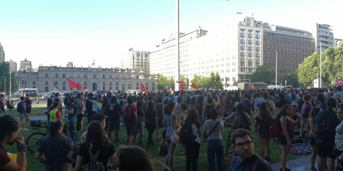 Palacio de La Moneda sitiado por manifestantes que gritan consignas contra Carabineros