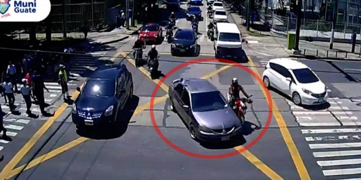 VIDEO. Imprudencia de conductores de motocicleta y carro provocan accidente