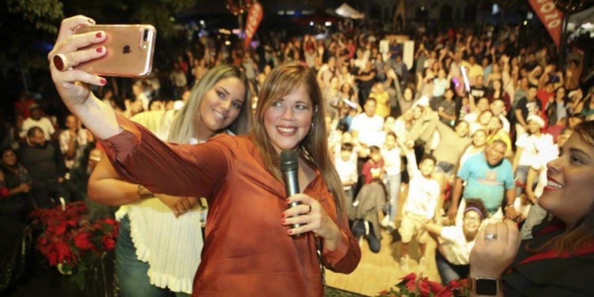 Alcaldesa de Canóvanas entrega bono de mil dólares a empleados municipales