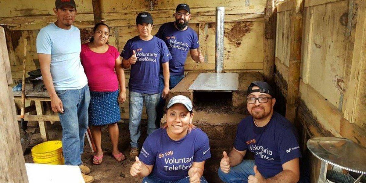 Más de 150 voluntarios se unen para construir estufas y entregar filtros de agua