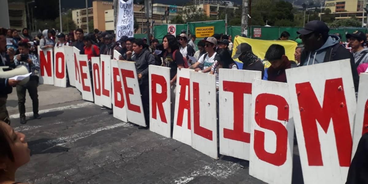Marcha estudiantil universitaria en contra del recorte presupuestario en instituciones públicas