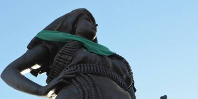 Colocan pañuelo pro aborto a estatua de la Adelita en Chihuahua