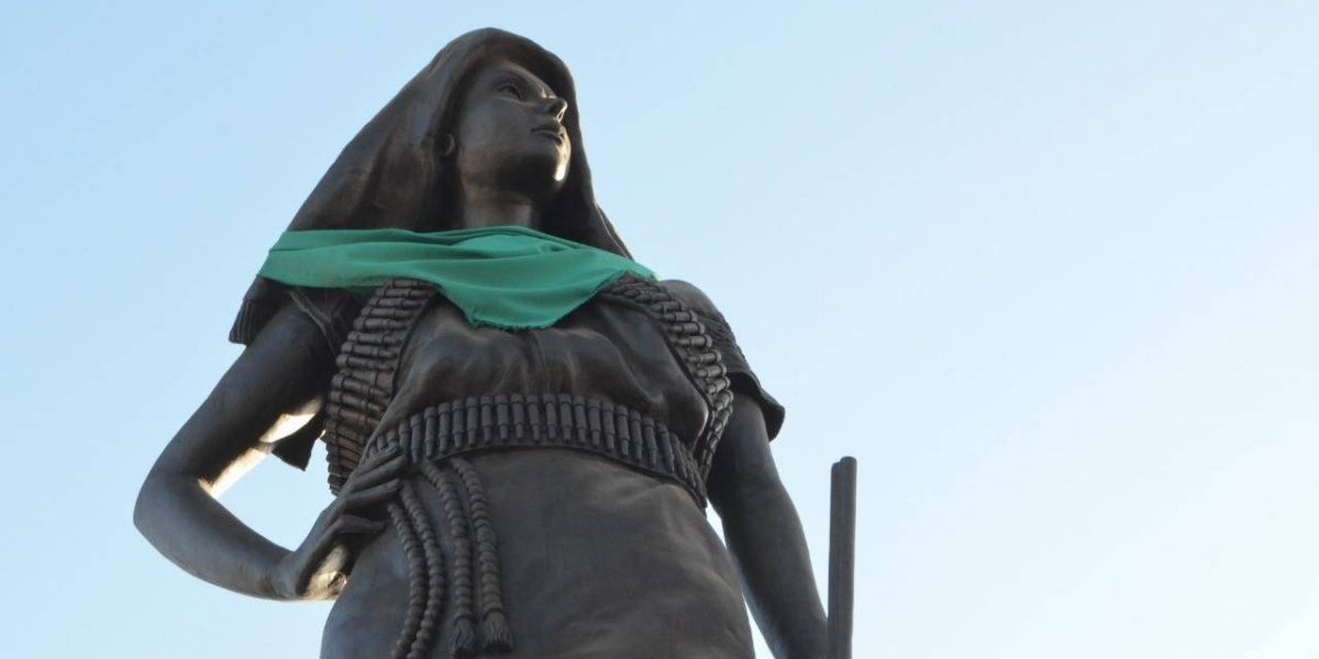 "Colocan pañuelo pro aborto a estatua de la ""Adelita"" en Chihuahua"