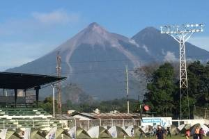 Albergues en Escuintla por erupción volcán de Fuego