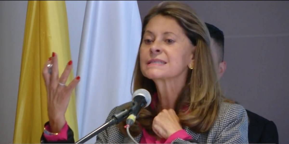 "Vicepresidenta la embarró y dijo ""presidente Uribe"" en pleno evento"