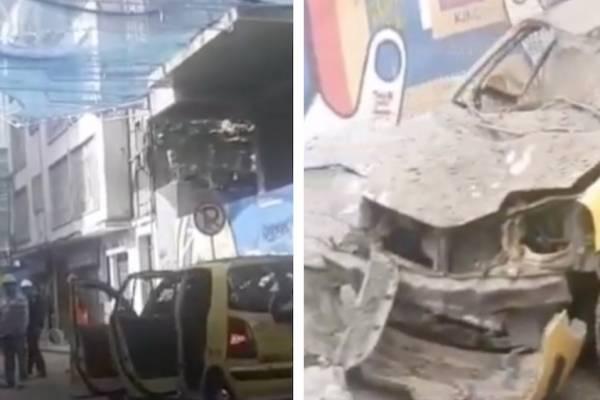 A este taxi le cayó material de construcción del edificio Bacatá en Bogotá
