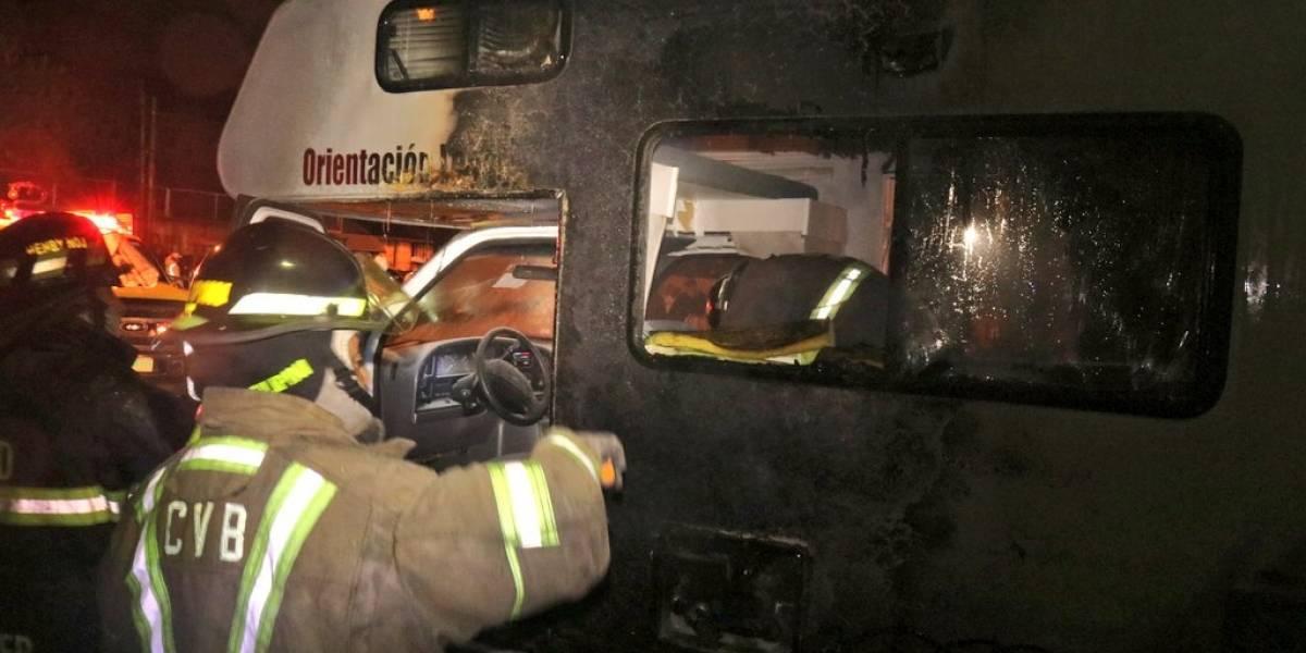 VIDEO. Vehículo se incendia a un costado de edificio de Finanzas