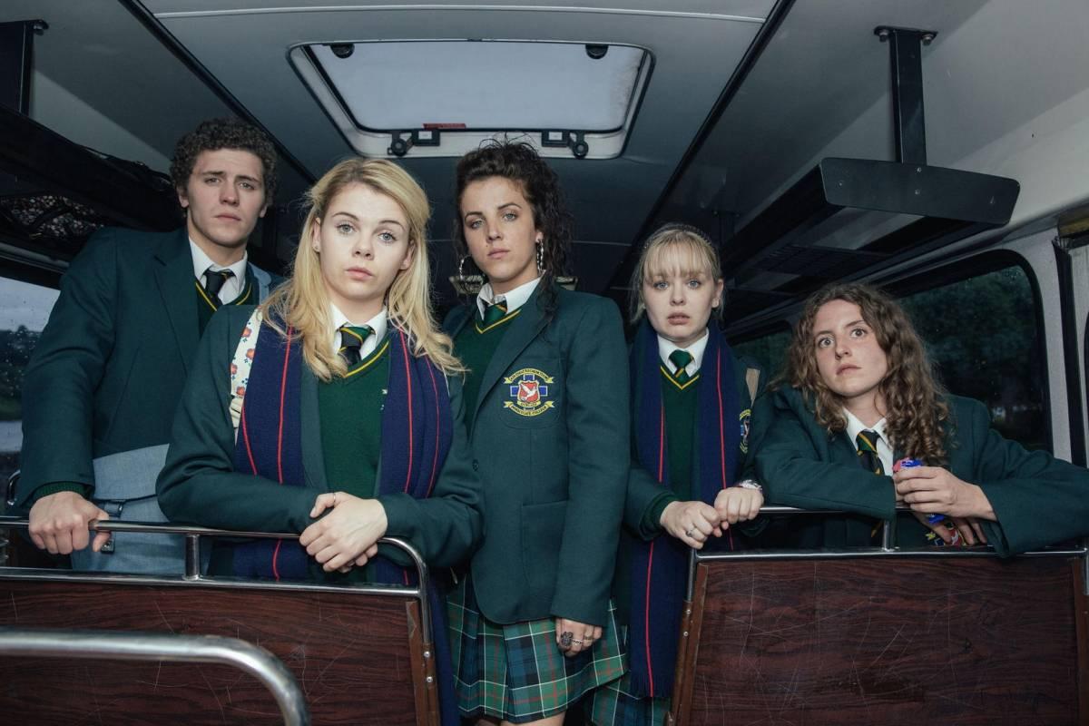 Derry Girls es una serie cómica sobre un grupo de cuatro chicas y un chico que padecen la adolescencia en medio del conflicto armado en Irlanda del Norte a principios de los 90. Netflix