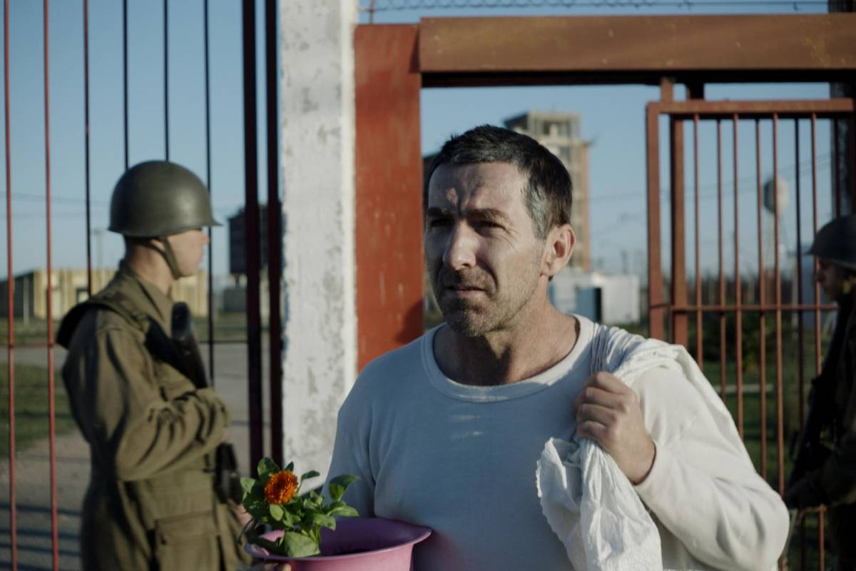 Tres presos políticos, incluido el futuro presidente José Mujica, se encuentran en cautiverio clandestino durante la dictadura militar en Uruguay. Netflix