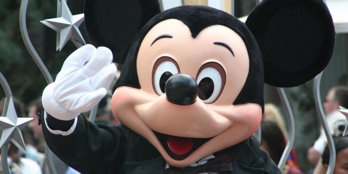 Crean sandalias inspiradas en Mickey Mouse