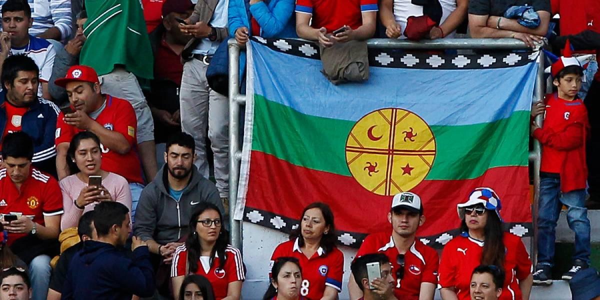 Denuncian que Carabineros impidió ingreso de banderas y lienzos mapuche en partido de la Roja en Temuco