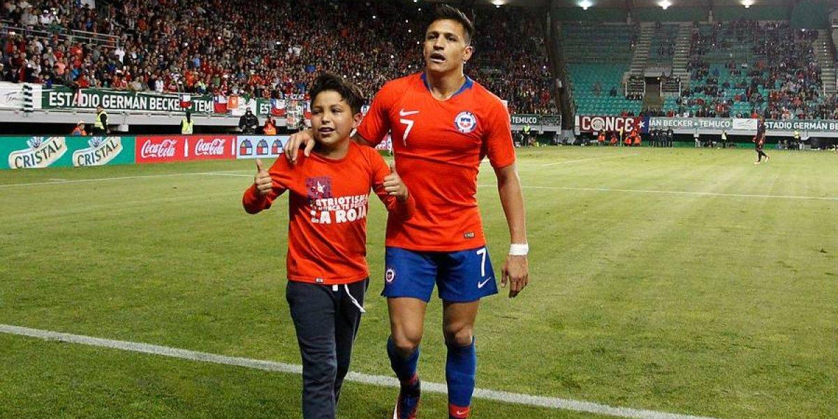 El noble gesto de Alexis Sánchez al regalarle la camiseta a un niño que ingresó a la cancha